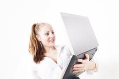 Härlig ung affärskvinna med bärbara datorn Arkivbilder