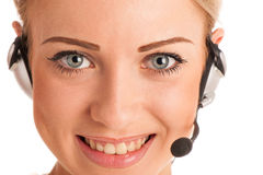 Härlig ung affärskvinna med hörlurar med mikrofon Royaltyfri Foto