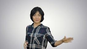 Härlig ung affärskvinna som firar framgång, dans som ser kameran på vit bakgrund stock video