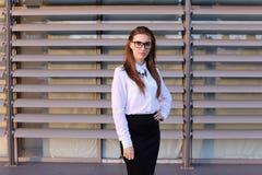 Härlig ung affärskvinna, student som poserar för på kameran, sm Arkivbild