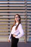 Härlig ung affärskvinna, student som poserar för på kameran, sm Royaltyfria Bilder