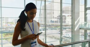 Härlig ung afrikansk amerikanaffärskvinna som i regeringsställning arbetar på mobiltelefonen 4k arkivfilmer