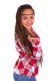 Härlig ung afrikansk amerikankvinna med långt svart hår Fotografering för Bildbyråer