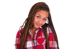 Härlig ung afrikansk amerikankvinna med långt svart hår royaltyfria foton