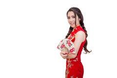 Härlig ung asiatisk kvinna som bär den kinesiska traditionella klänningen fotografering för bildbyråer