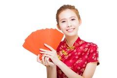 Härlig ung asiatisk kvinna som rymmer den röda påsen för rich Fotografering för Bildbyråer
