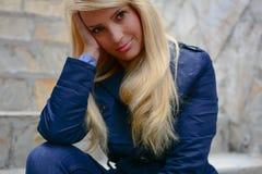 Härlig ung attraktiv flicka med långt blont hår i affärsdräkt Royaltyfri Fotografi