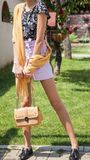 Härlig ung attraktiv kvinnamodell med långa ben som in poserar arkivbild