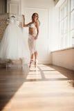 Härlig ung ballerina i pointe arkivbilder