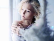 Härlig ung blond kvinna för jullynne royaltyfri bild