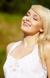 Härlig ung blond kvinna i den vita blusen royaltyfri bild