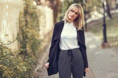 Härlig ung blond kvinna i stads- bakgrund Arkivfoton