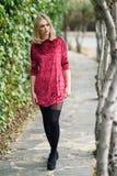 Härlig ung blond kvinna i stads- bakgrund Royaltyfri Bild
