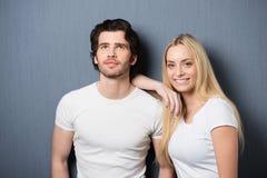 Härlig ung blond kvinna med hennes make royaltyfri bild