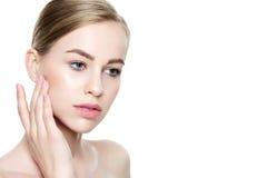 Härlig ung blond kvinna med perfekt hud som trycker på hennes framsida Ansikts- behandling Cosmetology, skönhet och brunnsortbegr fotografering för bildbyråer