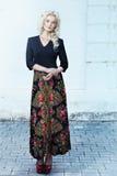 Härlig ung blond kvinna som går runt om cien Arkivbild