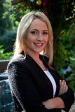 Härlig ung blond kvinna utomhus Arkivfoton
