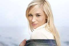 Härlig ung blond kvinna - utomhus- stående Royaltyfria Bilder