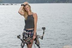 Härlig ung blond kvinnlig bågskytt med den sammansatta pilbågen Fotografering för Bildbyråer