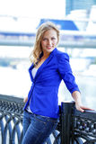 Härlig ung blondin i ett blått omslag Royaltyfri Foto