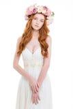 Härlig ung brud i bröllopsklänning- och blommakrans Royaltyfria Foton