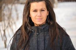 Härlig ung brunett i vintern royaltyfria foton