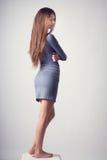 Härlig ung brunettflicka med långt hår i tillfällig kläder royaltyfri foto