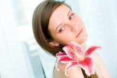 Härlig ung brunettkvinna. Royaltyfria Bilder