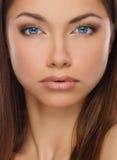 Härlig ung brunettkvinna fotografering för bildbyråer