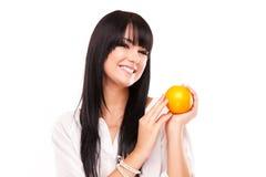 Härlig ung brunettkvinna med apelsinen på vit bakgrund Royaltyfri Bild