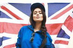 Härlig ung brunettkvinna med den brittiska flaggan arkivbild