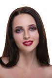 Härlig ung brunettkvinna med den perfekta hudcloseupståenden som isoleras på vit bakgrund Krabb frisyr Ljus lyx gör Royaltyfri Bild