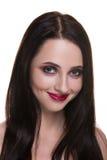 Härlig ung brunettkvinna med den perfekta hudcloseupståenden som isoleras på vit bakgrund Krabb frisyr Ljus lyx gör Arkivfoton
