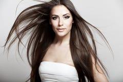 Härlig ung brunettkvinna med långt hår arkivbild