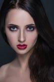 Härlig ung brunettkvinna med perfekt hud Arkivbild