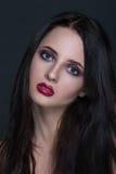 Härlig ung brunettkvinna med perfekt hud Royaltyfri Fotografi
