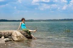 Härlig ung Caucasian kvinna som kyler av i sjön på en sommardag i Sapanca, Turkiet fotografering för bildbyråer