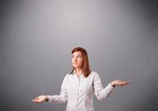 Härlig ung dam som jonglerar med kopieringsutrymme Royaltyfri Fotografi