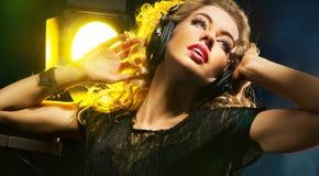 Härlig ung dam som lyssnar till musik Royaltyfria Foton