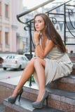 Härlig ung dam som poserar på gatan arkivbilder