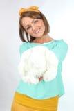 Härlig ung dam som rymmer buketten för vita blommor som bär den gula pilbågen som poserar på en vit bakgrund i studio Royaltyfria Bilder