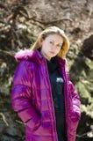 Härlig ung europeisk kvinna i ett omslag. Fotografering för Bildbyråer