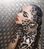 Härlig ung europeisk modell i kattsmink och bodyart Arkivfoton