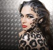 Härlig ung europeisk modell i kattsmink och bodyart Fotografering för Bildbyråer