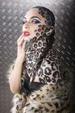 Härlig ung europeisk modell i kattsmink och bodyart Arkivbilder