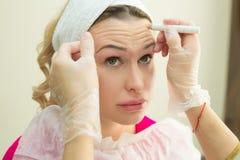 Härlig ung flicka av det europeiska utseendet på tillvägagångssättet av att injicera injektioner Royaltyfri Foto