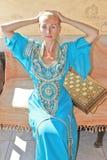 Härlig ung flicka i arabisk klänning Arkivbild