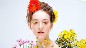 Härlig ung flicka i bilden av flora, närbildstående arkivbilder