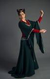 Härlig ung flicka i en historisk klänning Arkivfoton