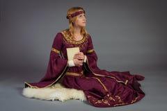 Härlig ung flicka i en historisk klänning Royaltyfri Fotografi